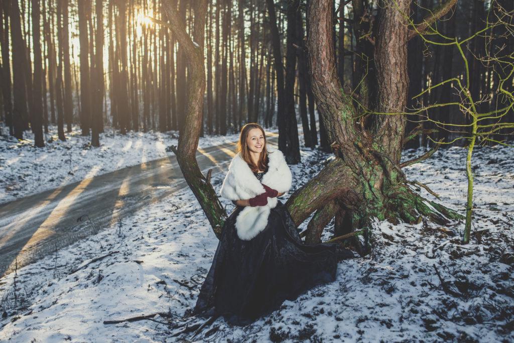 klimatyczna sesja w lesie zimą