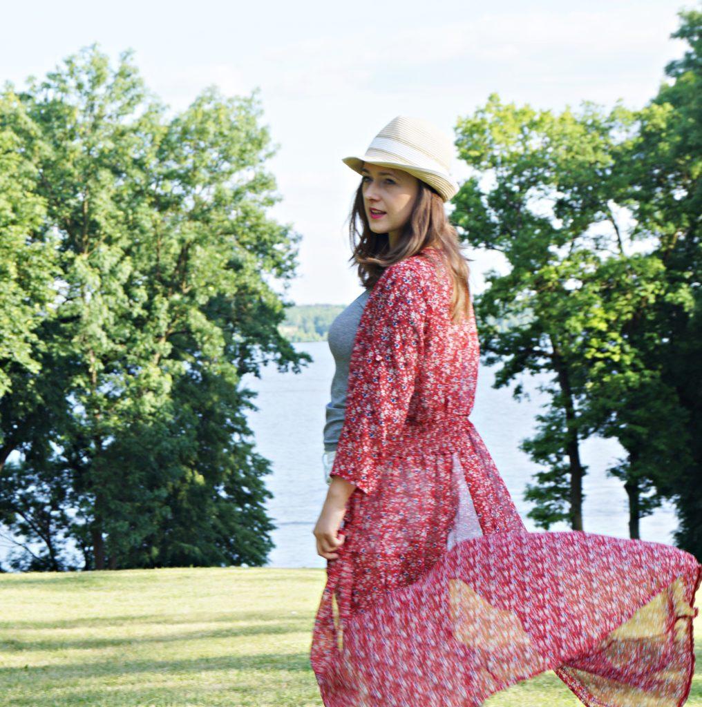 czerwca sukienka maxy, kapelusz, letnia stylizacja blogerek, szory, białe szorty, z kapeluszem