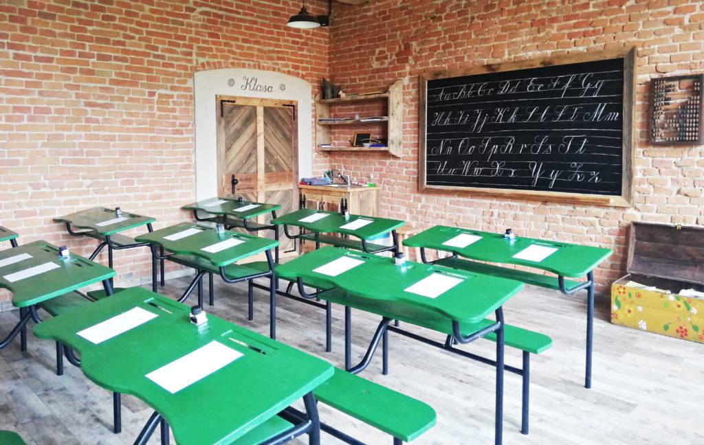 Bieszczadzka Szkoła Rzemiosła posiada sale do praktycznych warsztatów, piekarska - gdzie można samemu upiec swój chleb lub proziaki, kaligrafii - gdzie można ćwiczyć sztukę pięknego pisania, garncarska - to tam można wykonać własne naczynie.