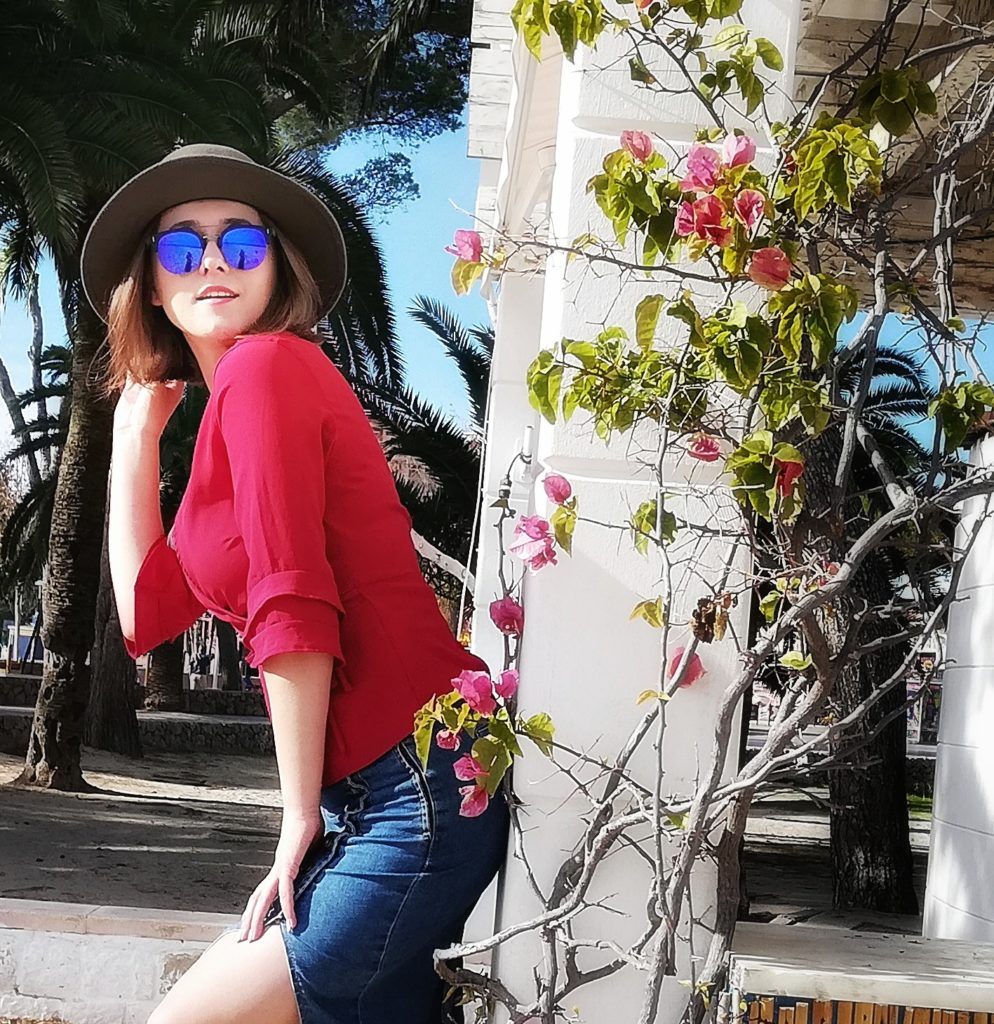 jeansowa spodnica, stylizacja z kapeluszem,okulary, majorka